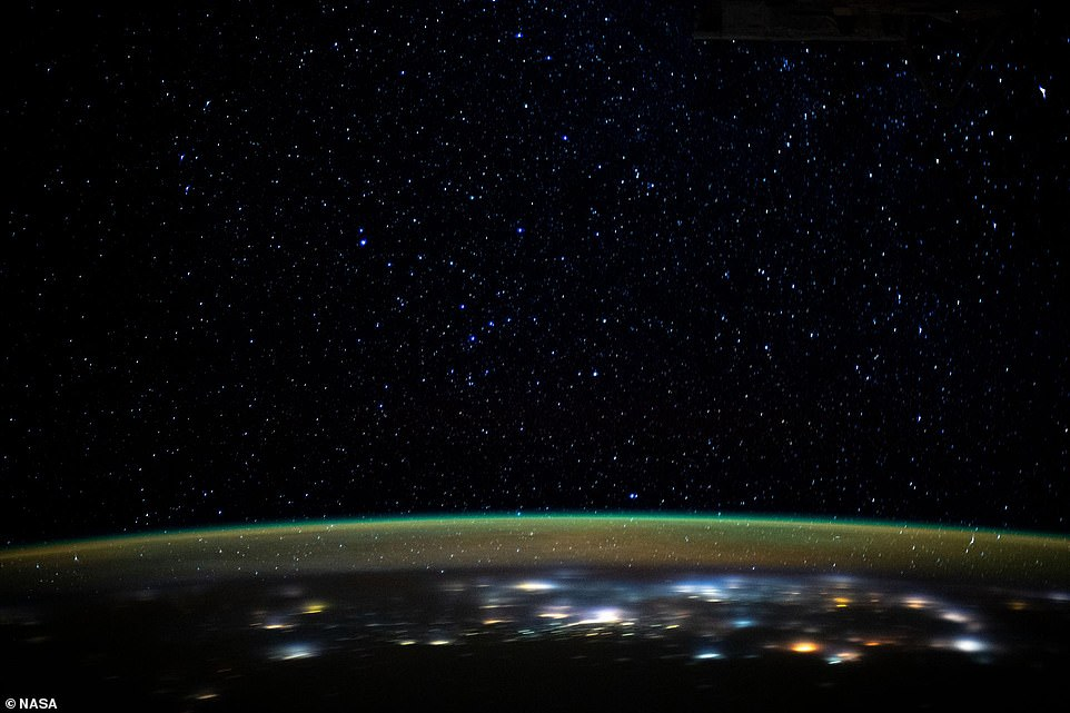 перьями, обеспечивающими фото космоса с мкс данной